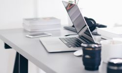 notebook-em-cima-de-uma-mesa-de-escritorio